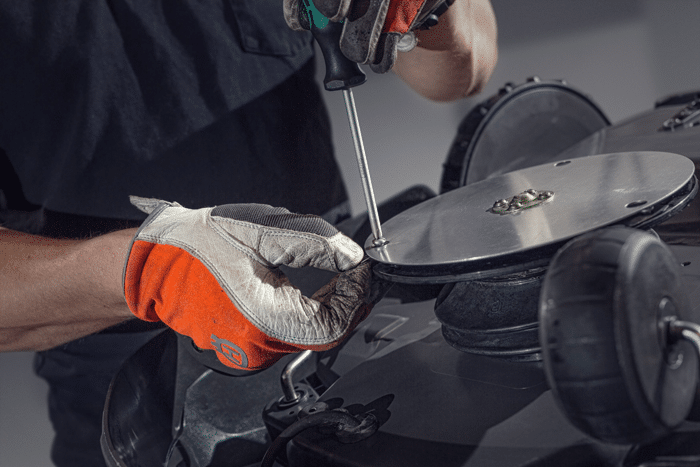 Bei Döring Geräte- und Fahrzeugtechnik bieten wir Ihnen auch verschiedene Serviceangebote für Ihren Husqvarna Automower an, unter anderem die fachliche Reparatur.